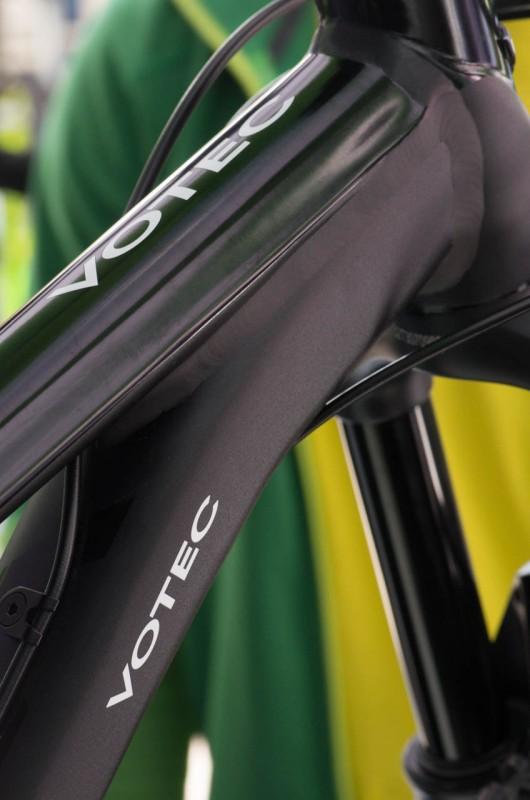 Das Topmodel des VX135 kommt mit schwarz glänzend lackiertem und mattschwarz eloxiertem Kleid daher