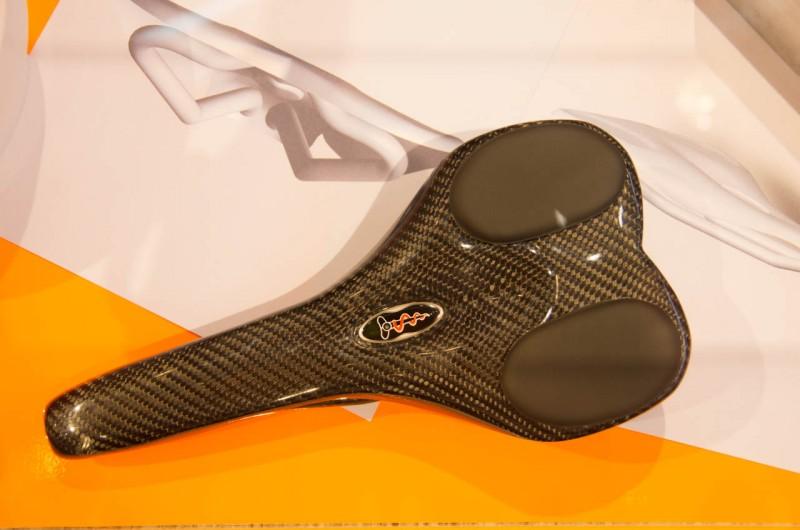 Die Grundplatte des Super 6.1 aus Carbon mit den Auflagen für die Sitzknochen, welche hunderte kleine Kügelchen enthalten, ähnlich den Sitzsäcken