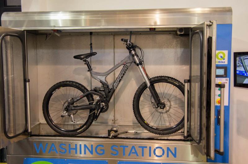 Diverses_01_Tür auf, Bike rein und fertig gewaschen wieder raus! Wer's braucht!