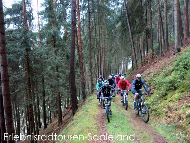 Gut warm gefahren wurde der längste Anstieg der Tour in Angriff genommen – die Auffahrt nach Lichtenhain/Bergbahn.