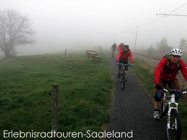 Über den.. Nein, in den Wolken spürten alle zwar sicherlich alle die grenzenlose Freiheit auf dem Bike, aber auch die Erleichterung erst einmal oben angekommen zu sein. Von Lichthain/Bergbahn folgten wir dem Radweg entlang der Bahn nach Cursdorf.