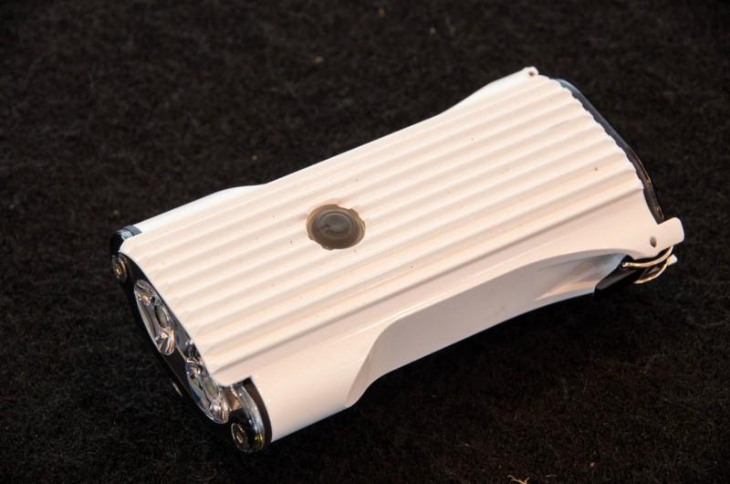 Lezyne_03_Im Gehäuse der bereits bekannten Mega Drive präsentiert sich die neue Lezyne Deca Drive mit drei LEDs, die für bis zu 800 Lumen Output sorgen