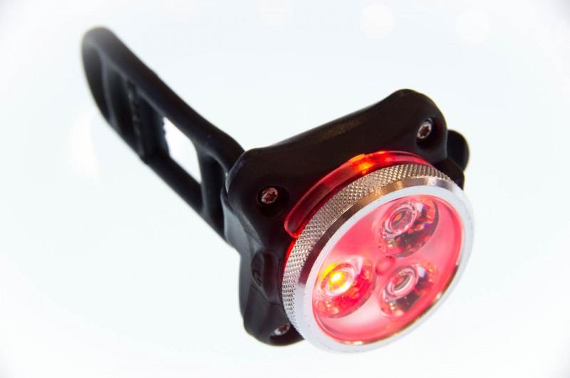 Lezyne_07_Während zwei weiße LEDs für 160 Lumen sorgen, generiert eine rote LED 40 Lumen; außerdem lässt sich die Lampe per integriertem Klipp auch am Rucksack befestigen