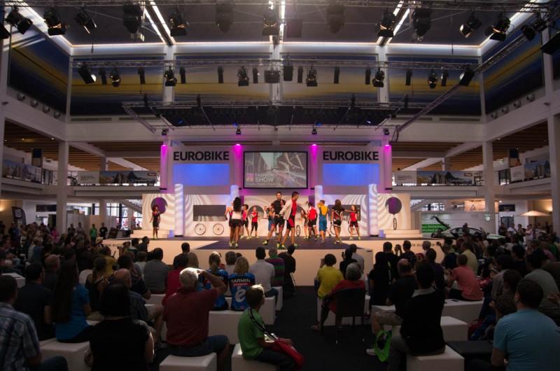 Messe_02_Eurobike Bühne mit Modeschau