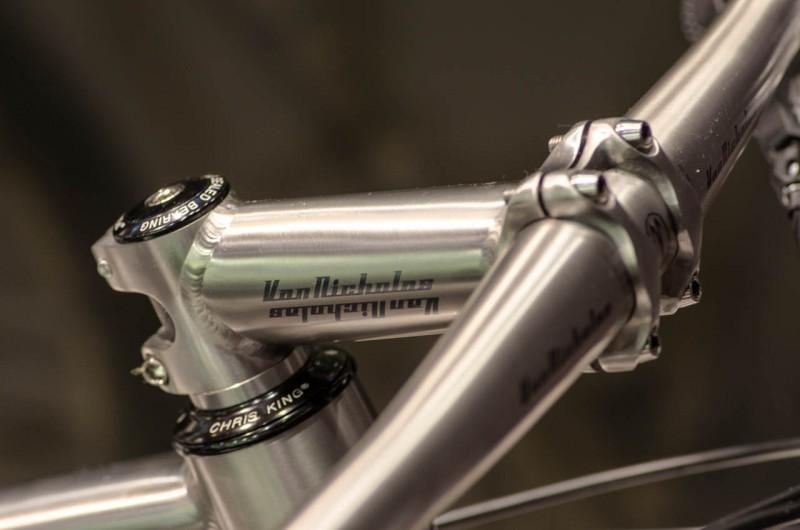Neben Rahmen werden auch Parts wie Vorbauten und Lenker aus Titan gefertigt