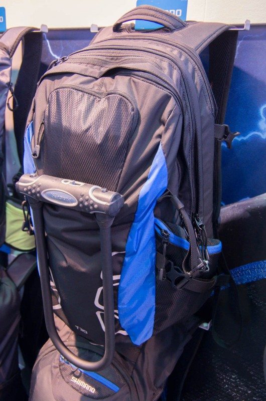 Shimano_04_Shimano Rucksack mit integrierter Halterung für Bügelschlösser