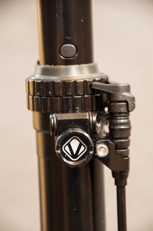 Vecnum_03_Die Stütze wird mechanisch angesteuert, ist mit wenigen Handgriffen selbst zu öffnen und glänzt mit solidem und durchdachtem Aufbau