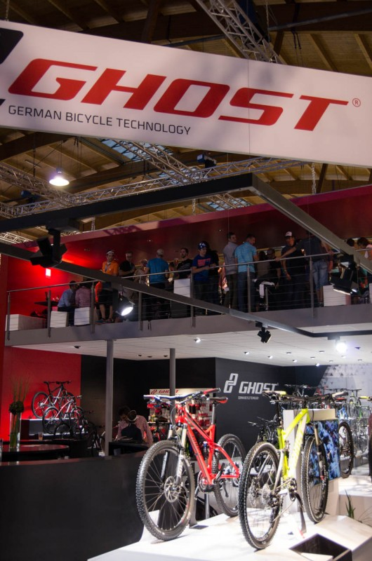 Während bei Ghost die Bikes zu später Stunde noch um die Wette strahlten, lief eine Etage höher die Party bereits auf Hochtouren